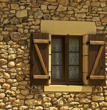 Steinmauer mit Holzfenster